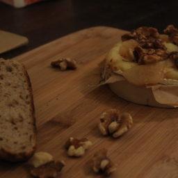 Gebackener Camembert mit Walnüssen und karamellisierten Birnen