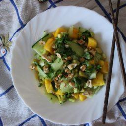 Asiatischer Mango-Avocado-Salat für den Sommer