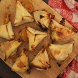 Samosas mit Bohnen-Sabzi und Masala-Kartoffelbrei