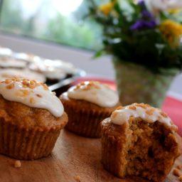 Carrot Cake Muffins mit Frischkäse-Frosting und Haselnuss-Krokant