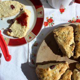 Luftige Cranberry Scones für ein süßes Frühlingsfrühstück