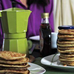 American Pancakes mit Ahornsirup und Heidelbeeren