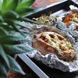 Vegane Kumpir aus Süßkartoffeln mit frischer Kichererbsensalat-Füllung