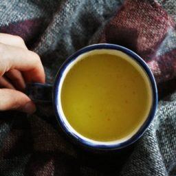 Kurkuma Latte oder Goldene Milch mit indischen Wurzeln